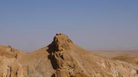 Vista panoramica sulle montagne di atlante e sulla valle del deserto nel Sahara vicino all'oasi Chebika Colpo di cottura archivi video