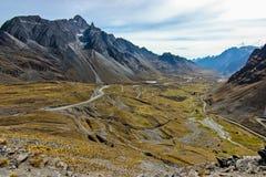 Vista panoramica sulle serpentine della strada di Yungas fotografia stock libera da diritti