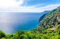 Vista panoramica superiore aerea delle colline verdi, delle rocce, delle scogliere e del golfo di Genova, mar Ligure, linea costi immagine stock