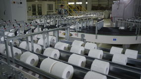 Vista panoramica superiore del trasportatore lungo della carta igienica stock footage