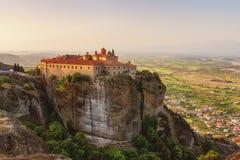 Vista panoramica in un giorno soleggiato della molla di Agios Stefanos St Stefan Monastery immagine stock