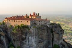 Vista panoramica in un giorno soleggiato della molla di Agios Stefanos St Stefan Monastery immagine stock libera da diritti