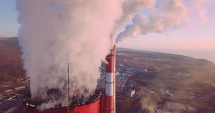 Vista panoramica vicina cima di camino della centrale elettrica e del riscaldamento centrale con vapore archivi video