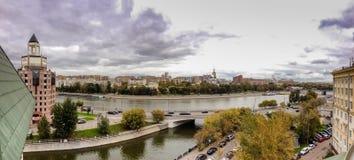 Vista panorámica al terraplén de Shluzovaja del río de Moscú Fotografía de archivo
