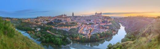 Vista panorâmica da cidade antiga e do Alcazar em um monte sobre la Mancha do Tagus River, Castilla, Toledo, Espanha Imagens de Stock Royalty Free