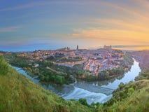 Vista panorâmica da cidade antiga e do Alcazar em um monte sobre la Mancha do Tagus River, Castilla, Toledo, Espanha Imagem de Stock