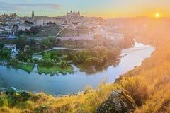 Vista panorâmica da cidade antiga e do Alcazar em um monte sobre la Mancha do Tagus River, Castilla, Toledo, Espanha Fotos de Stock Royalty Free