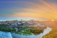 Vista panorâmica da cidade antiga e do Alcazar em um monte sobre la Mancha do Tagus River, Castilla, Toledo, Espanha Fotos de Stock