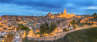 Vista panorámica de la ciudad antigua y del Alcazar en una colina sobre la Mancha, Toledo, España del río Tagus, Castilla Fotos de archivo libres de regalías