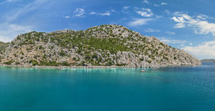Vista panorámica de la laguna azul y de la isla rocosa Fotografía de archivo