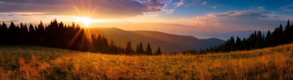 Vista panorámica de la salida del sol en las montañas de Tatra Imagen de archivo libre de regalías