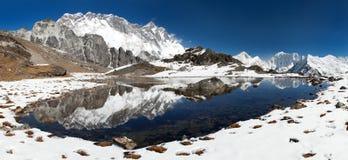 Vista panorámica de Lhotse y de Nuptse con el lago Imagenes de archivo