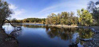 Vista panorámica del lago Karagol debajo del cielo azul cerca de Esmirna Imagenes de archivo