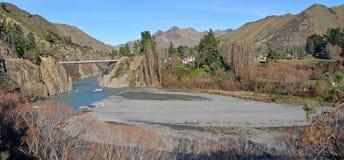 Vista panorámica del río y del puente de Waiau en invierno Fotos de archivo libres de regalías