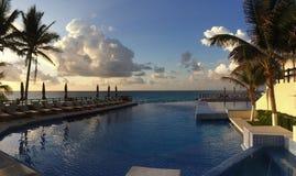 Vista panorámica a la piscina en la salida del sol tim Foto de archivo libre de regalías