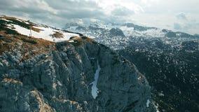 Vista panoromic aérea dos dedos da plataforma de observação 5 nas montanhas em Áustria, Obertraun filme
