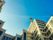 Vista para arriba del edificio o de Gosprom de la industria del estado construido en arte de la construcci?n sobre el cielo azul foto de archivo libre de regalías