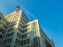 Vista para arriba del edificio o de Gosprom de la industria del estado construido en arte de la construcci?n sobre el cielo azul imágenes de archivo libres de regalías