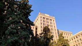 Vista para arriba del edificio o de Gosprom de la industria del estado construido en arte de la construcci?n sobre el cielo azul almacen de metraje de vídeo