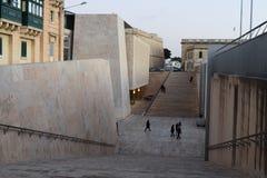 Vista para baixo do muralha da ameia na entrada a Valletta com os povos que andam para fora Foto de Stock Royalty Free