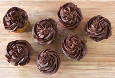 Vista para baixo em queques do chocolate Imagens de Stock