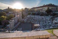 Vista para baixo em Roman Stadium de Plovdiv como grupos do sol além foto de stock