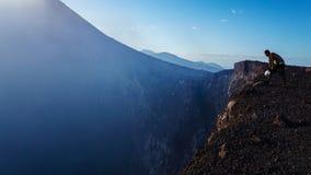 Vista para baixo em um vulcão foto de stock royalty free