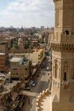 Vista para baixo em uma rua do Cairo da parte superior de um minarete Imagem de Stock Royalty Free