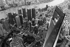 Vista para baixo na arquitetura da cidade Liujiashui do Rio Huangpu das reflexões do arranha-céus do centro financeiro de mundo d Fotos de Stock