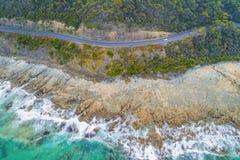 Vista para baixo na condução de carros na grande estrada do oceano imagens de stock