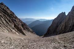 Vista para baixo na descida rochosa de uma montanha fotografia de stock royalty free