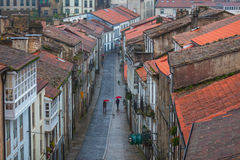 Vista para baixo na rua chuvosa da cidade velha fotografia de stock