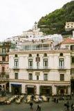 Vista para baixo no quadrado principal em Amalfi no dia nublado Imagens de Stock