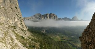Vista para Colfosco sobre através de Ferratta Tridentina, dolomites, Itália imagens de stock royalty free
