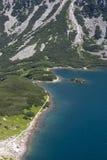 Vista para enegrecer a lagoa das Tatra-montanhas Fotos de Stock