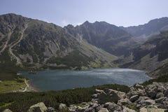 Vista para enegrecer a lagoa das Tatra-montanhas Imagem de Stock