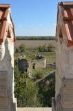 Vista para fora através das ameias do castelo imagem de stock royalty free