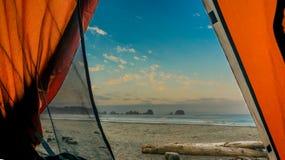 Vista para fora de uma barraca na praia e no oceano imagens de stock royalty free