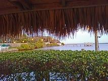 Vista para fora sobre a água de uma cabana do tiki foto de stock