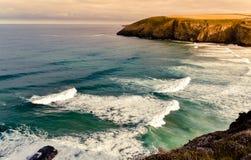 Vista para o mar da praia de Mawgan Porth imagem de stock royalty free
