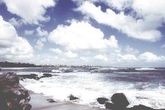 Vista para o mar da praia pacífica, olhar retro Fotografia de Stock Royalty Free