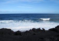 Vista para o mar da praia preta da lava em Havaí Imagem de Stock
