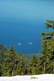 Vista para o mar das montanhas da neve Foto de Stock