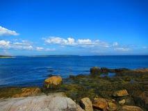 Vista para o mar de Rocky Shore Imagem de Stock Royalty Free