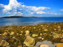 Vista para o mar de Rocky Shore Foto de Stock Royalty Free