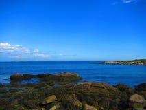 Vista para o mar de Rocky Shore Foto de Stock