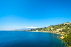 Vista para o mar de Taormina com o Etna no fundo Imagens de Stock