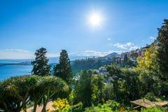 Vista para o mar de Taormina com o Etna no fundo Foto de Stock Royalty Free