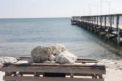 Vista para o mar e um cais Fotografia de Stock