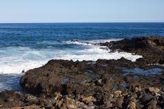 Vista para o mar panorâmico Vulcão, rochas pretas Lixe o macro Fundo do mar horizonte Fotografia de Stock Royalty Free